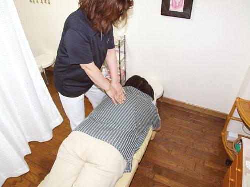 背中への施術   美容矯正・整体の施術の流れ